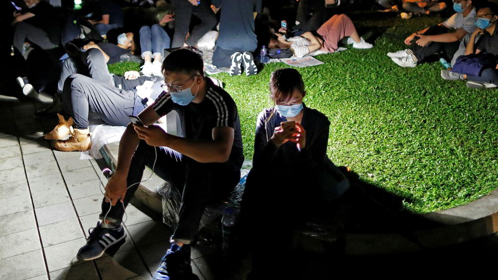 Demonstrantene i Hongkong har tatt i bruk smarttelefoner og krypterte meldingstjenester for å kommunisere. Apple har blokkert en app som viser hva som skjer i Hongkongs gater og hvor politiet mobiliserer mot demonstranter.