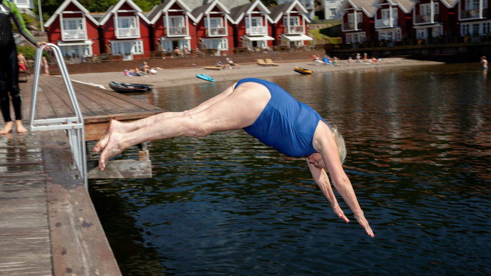 Fritidsboligeier Heidi Svendsen tar dagens første bad på det lille ferieparadiset Holmsbu i Hurum kommune. Området er blitt litt mindre paradispreget etter at Holmsbu hotell og spa gikk konkurs.