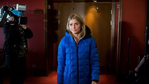 Therese Johaug forlater Holmenkollen Park Hotel torsdag etter møtet med pressen.