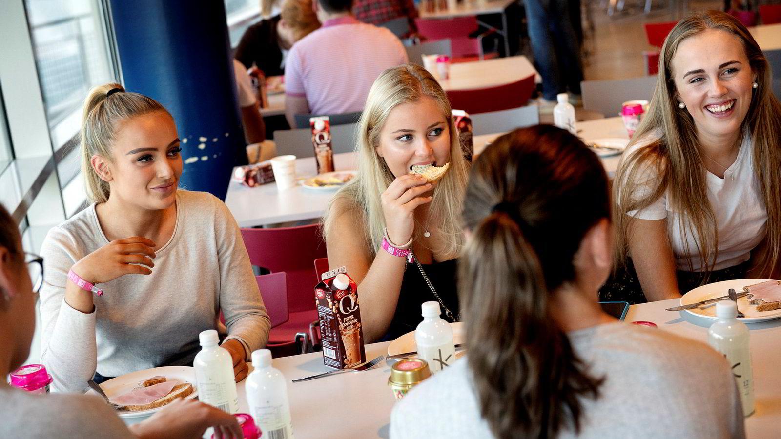 Elisa Dokset Kosberg (19), Irene Marie Haavesen (19) og Thale Krohn-Pettersen (18) synes ikke det var så vanskelig å komme seg opp til obligatorisk frokostmøte på NHH etter første kveld på førstekullsuken. – Vi var ikke hjemme så sent, sier de.