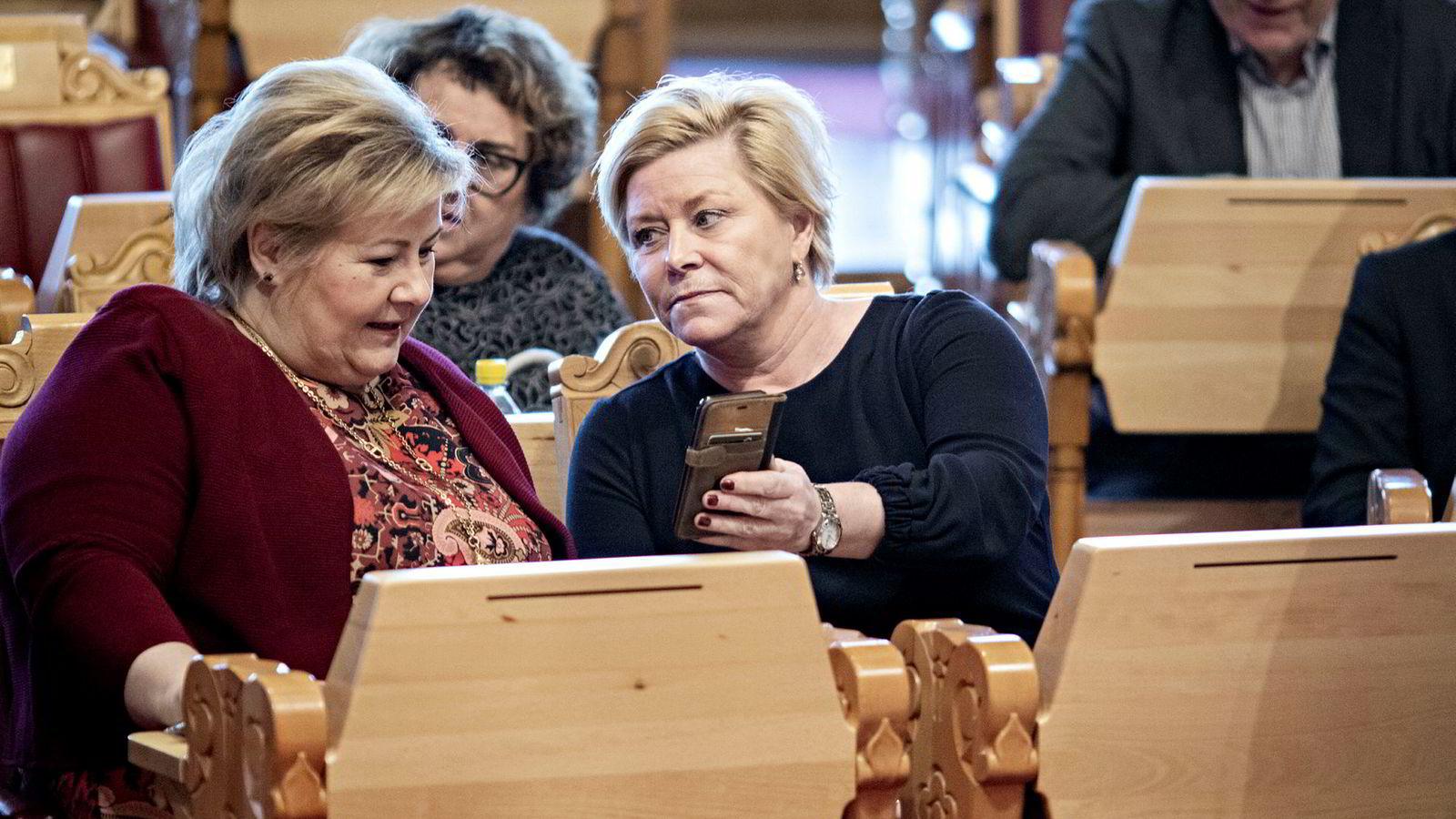 Finansminister Siv Jensen (til høyre) og statsminister Erna Solberg forteller at regjeringen dropper en «under streken»-løsning.
