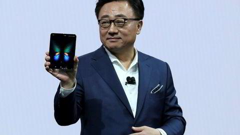 Samsung-sjef DJ Koh viser frem den endelige versjonen av Galaxy Fold i San Francisco.