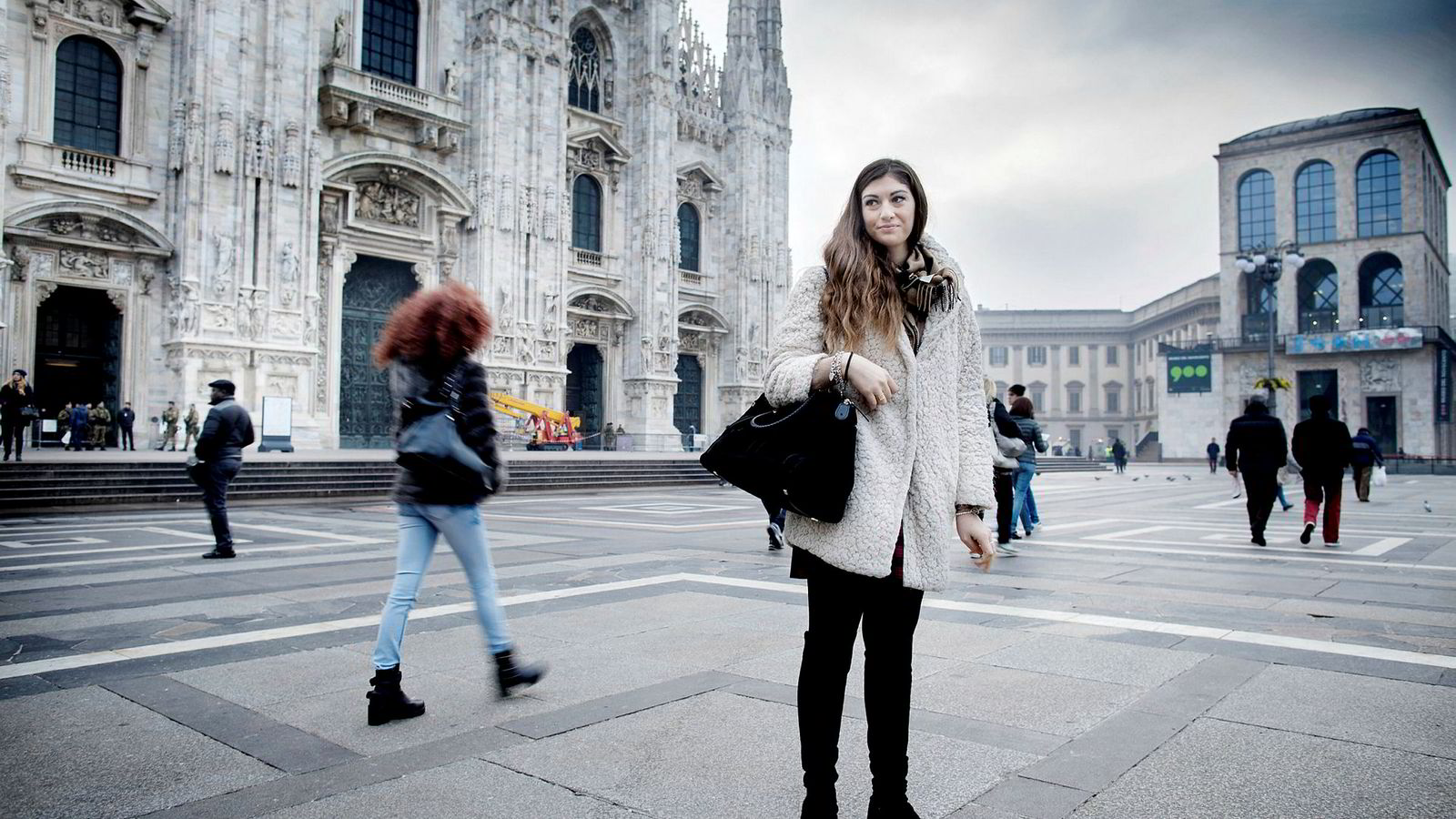 Marcena Del Giudice i Milano er fornøyd med at det ble nei i folkeavstemningen og at statsminister Matteo Renzi går av. Her står hun på Piazza del Duomo dagen etter folkeavstemningen i Italia.