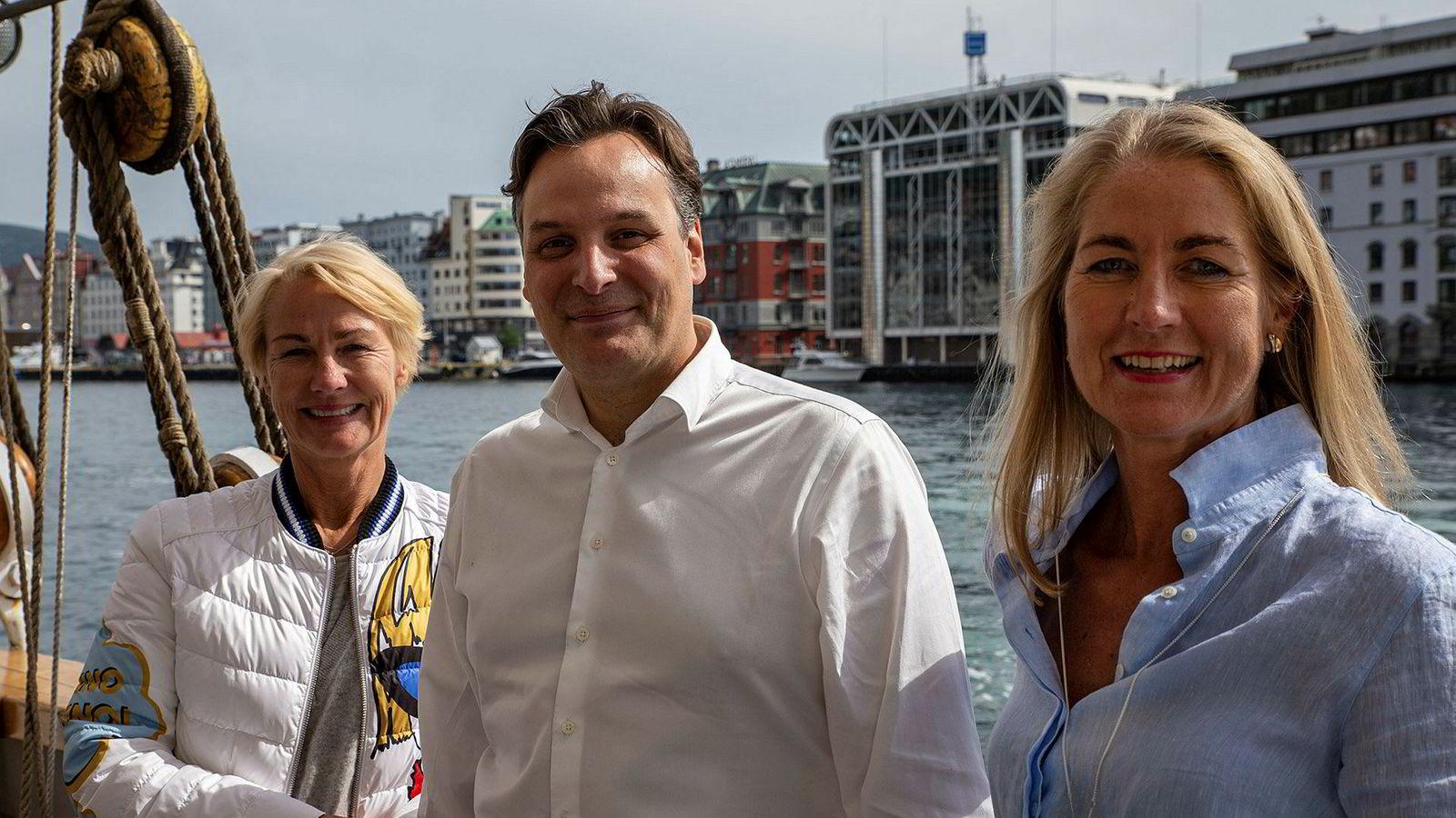 Camilla Grieg (til høyre) tar over som styreleder i Grieg Star for Elisabeth Grieg (til venstre). Matt Duke (i midten) blir ny administrerende direktør.