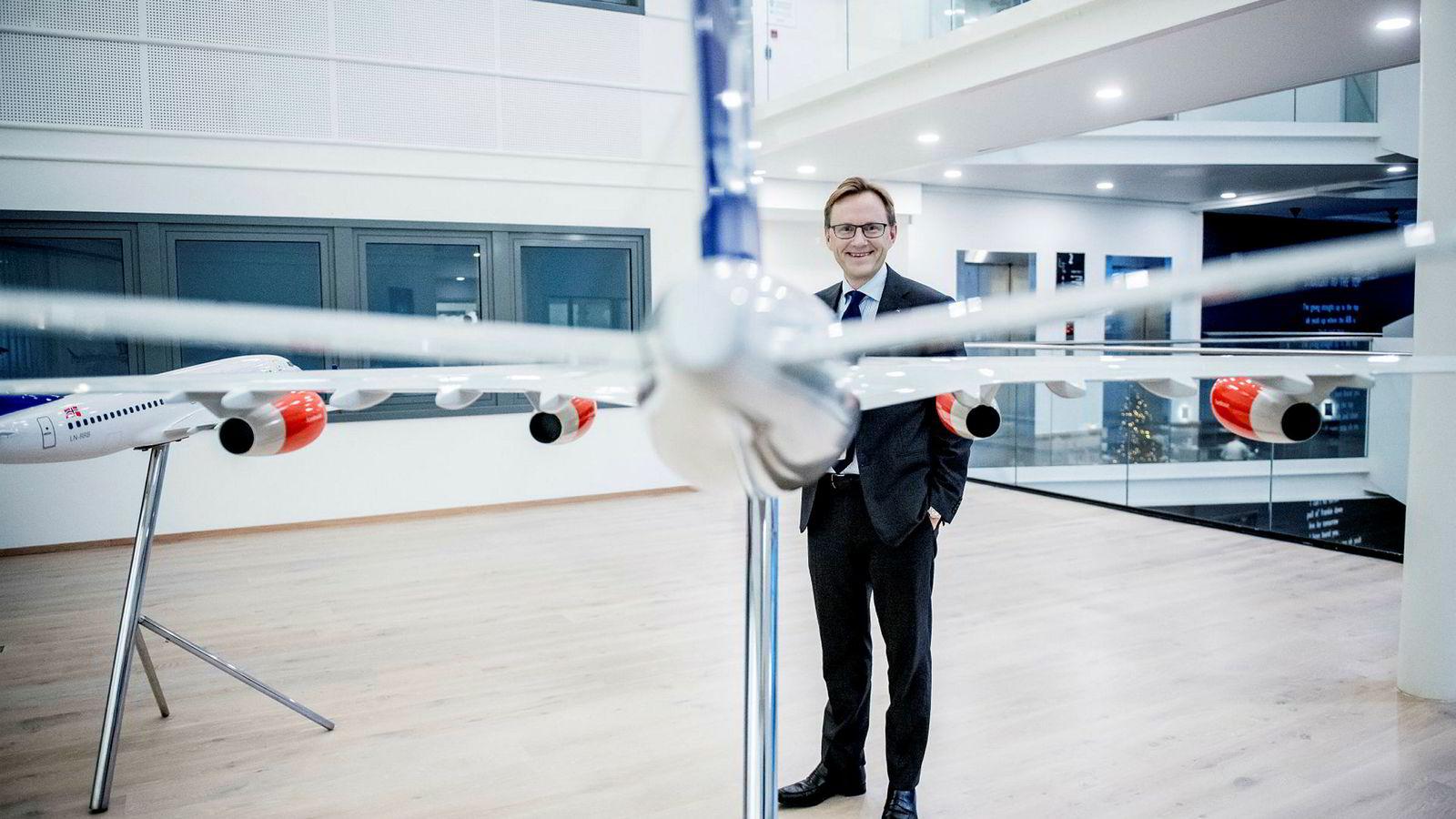 SAS' finansdirektør Torbjørn M. Wist legger frem et overskudd på over to milliarder kroner – det beste på over 20 år – men utsiktene for neste år er mer usikre. Det er også hvordan nordmenn forholder seg til nye skatteregler for flybonuspoeng.