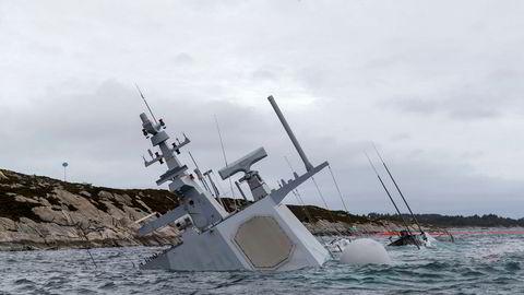 Den havarerte fregatten KNM «Helge Ingstad» fotografert onsdag 14. november. Fregatten ligger på grunn nord for Stureterminalen i Hjeltefjorden utenfor Bergen.