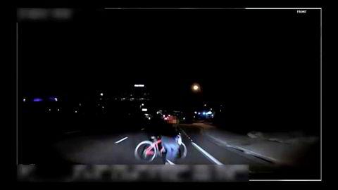 Ulykken burde vært avverget. Dette er et bilde fra videokamera som var montert på den selvkjørende Uber-bilen. Det viser kvinnen som ble drept av Uber-bilen sekundet før kollisjonen.