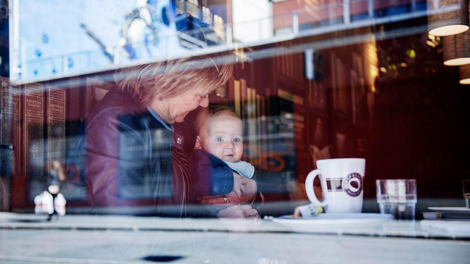 Mormor Grethe Strømsfjord (64) har endret sine vaner de siste årene og går nå ofte på kafé et par ganger i uken. Her er hun med barnebarnet Iver (5 md.) og datteren Hilde Strømsfjord Henden (30).