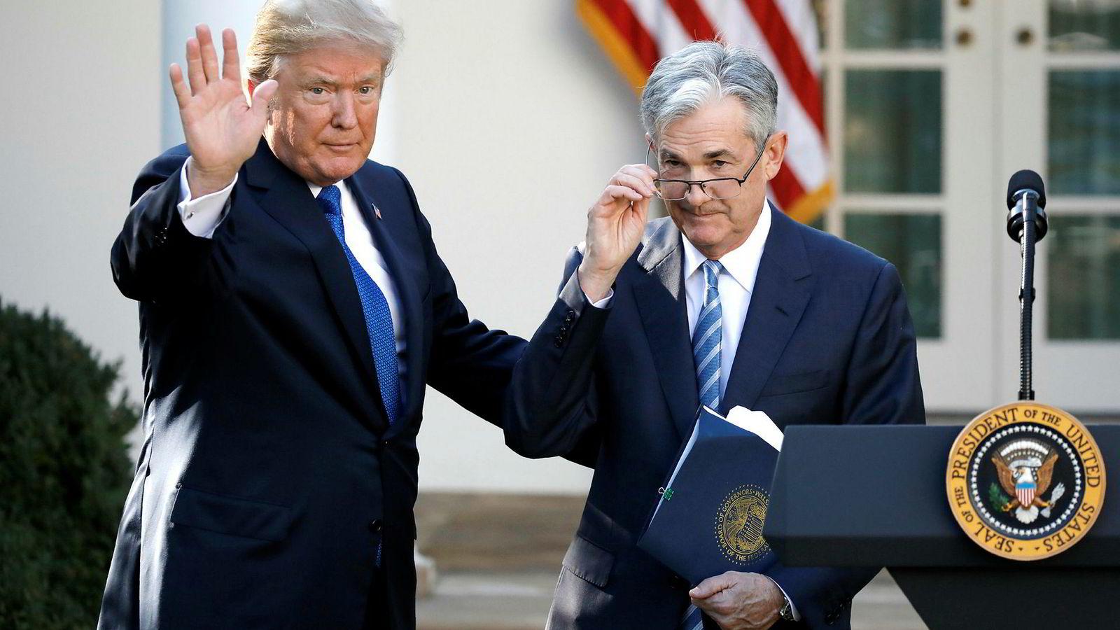 Fed-sjef Jerome Powell (t.h.) lar seg ikke vippe av pinnen v USA-president Donald Trump, som gjentatte ganger har kritisert Fed for å helle malurt i begeret ved antydninger til høyere amerikanske renter.