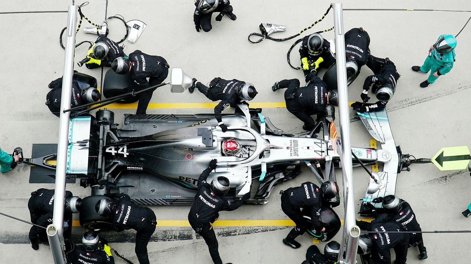 Bånn gass.Mercedes-kjører Lewis Hamilton gjør et pitstopp under det kinesike Formel 1 Grand Prix.løpet i Shanghai søndag.