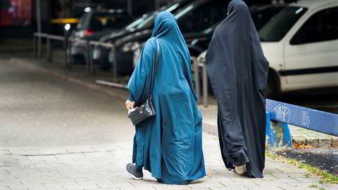 Kan det kanskje bli svært viktig også økonomisk for Norge å ha folk med familie og kontakter og kunnskap om kulturen i disse landene, etter hvert som de overtar dominansen i verden? Her to kvinner på Grønland i Oslo. Foto: Per Ståle Bugjerde