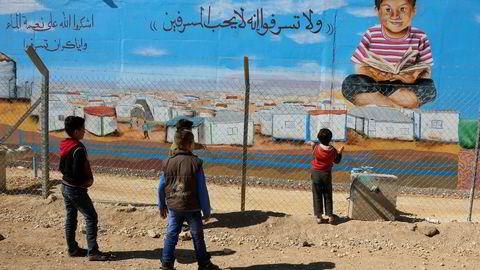 Barn leker i Zaatari, den største leiren for syriske flyktninger i Mafraq i Jordan. Frp har regnet på hvor mange flere flyktninger som vil få hjelp hvis Norge bruker pengene i slike leire enn på mottak av flyktninger i Norge.