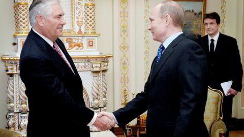 ExxonMobils konsernsjef, Rex W. Tillerson (til venstre), har hatt et nært forhold til Russlands president Vladimir Putin gjennom mange år og blir sett på som en venn av Russland. Republikanske politikere er skeptiske.