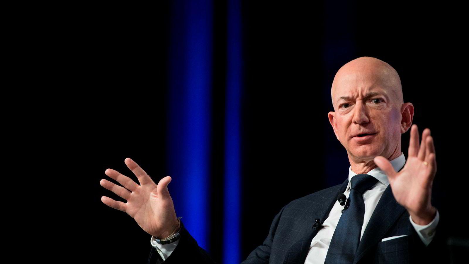 Amazons grunnlegger og toppsjef er blitt presset av tabloidtidsskriftet National Enquirer og utgiverselskapet. Tidsskriftet har truet med å publisere nakenbilder som han sendte til kjæresten hvis han ikke samarbeider.