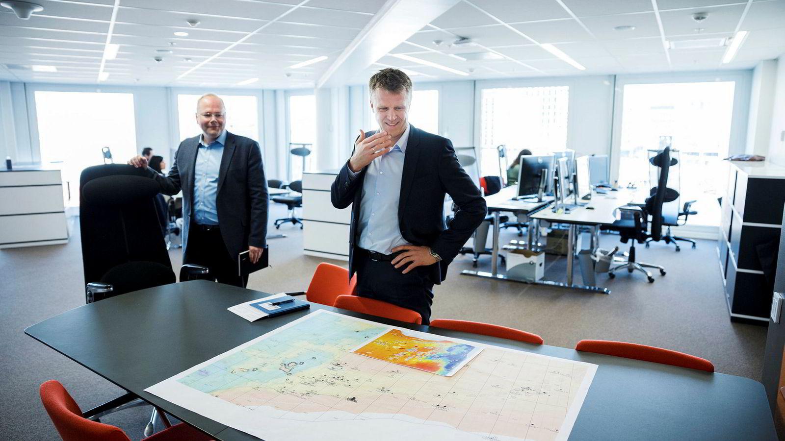 Nestsjef Thomas Bjørgo og toppsjef Jan Harald Solstad i oljeselskapet Point Resources gleder seg over storkjøpet i lokalene på Aker Brygge. Foran ligger geologiske kart.