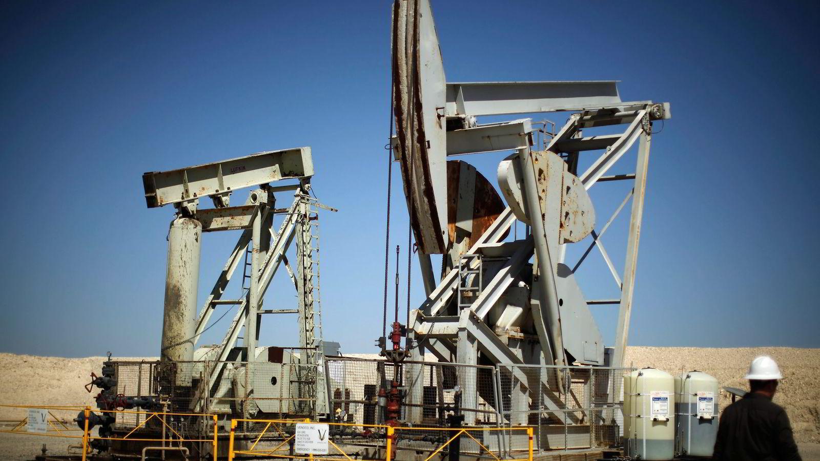 TENK PÅ ET TALL. Prognosemakerne har bommet grovt på oljeprisen mer enn en gang. Få spådde i sommer at oljeprisen ville rase til det laveste nivået på fem år. Foto: Lucy Nicholson , Reuters/NTB Scanpix