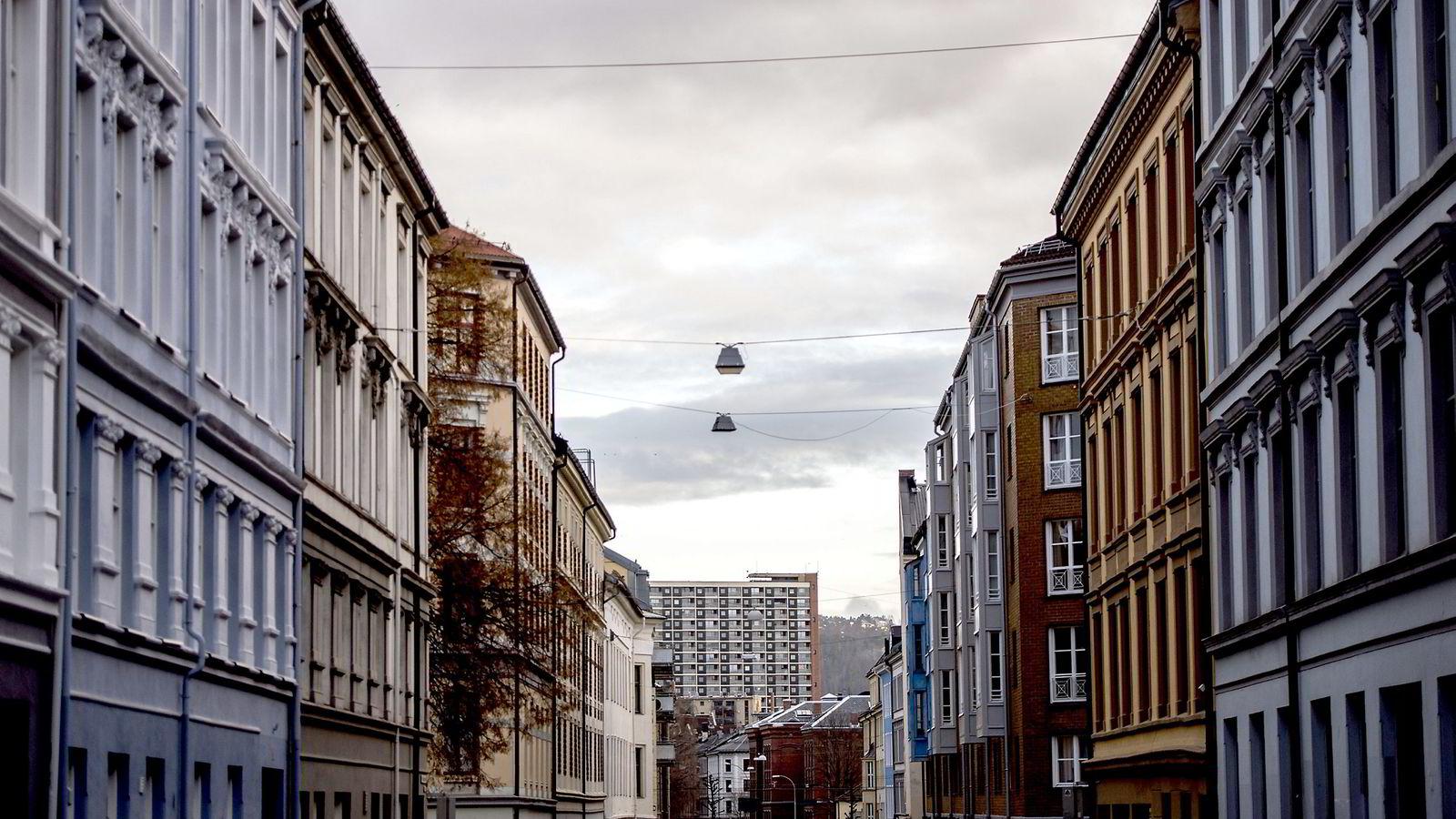 Mens prisene stiger i Østlandsområdet er utviklingen flat eller negativ i de fleste andre delene av landet, viser ny rapport.