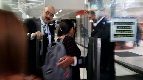 Sikkerhetsvakter passer inngangen til myntverket i Mexico etter at det ble ranet midt på lyse dagen tirsdag.