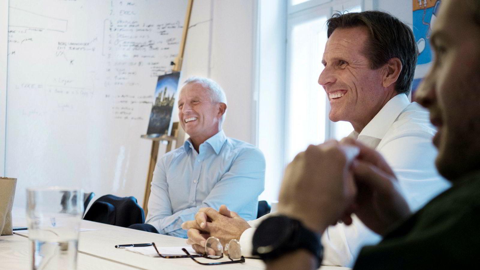 Jo Lunder (t.v.) og Morten Røisland kjøper aksjer for fem millioner kroner i fem selskaper startet av Askeladden & Co. Partner Martin Schütt (t.h) sier selskapets konsepter ikke trenger mye penger, men selger noe aksjer for å dekke driften.