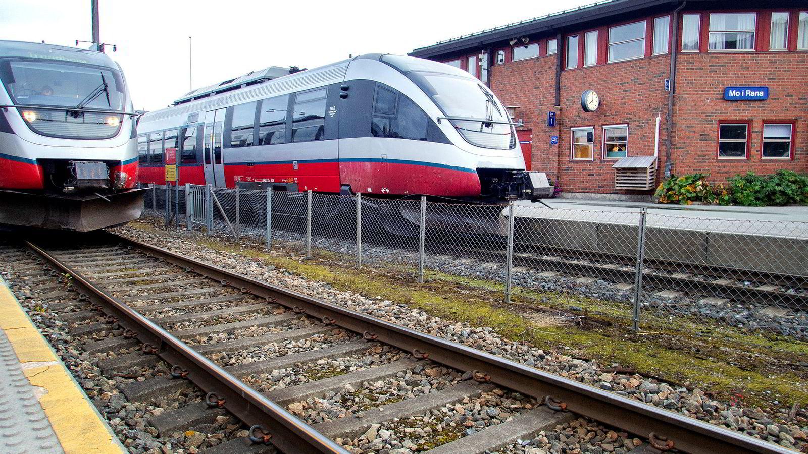 Konklusjonen i utredningen fra Jernbanedirektoratet er så klar at den burde fått ethvert parti til å skrinlegge ideen om en forlengelse av jernbanen i nord. Her fra togstasjonen i Mo i Rana.
