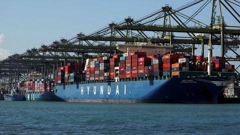 Singapore er en av verdens mest handelsavhengige økonomier. Eksporten har falt kraftig de to siste månedene. Havnene i Singapore er blant verdens travleste.