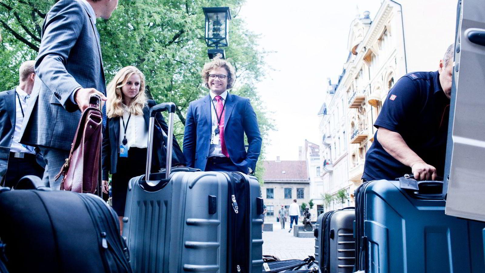 Thea Rømmen og Mathias Wille har sluppet gjennom nåløyet og fått traineestilling i Oljefondet.