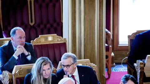 Morten Stordalen sitter i transportkomiteen på Stortinget for Frp. Her bak Marianne Marthinsen og Jonas Gahr Støre (begge Ap) i stortingssalen.