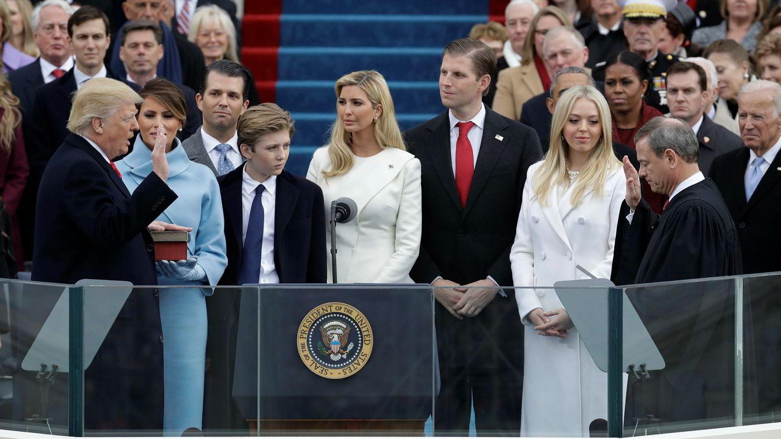 Ukrainere som deltok på Trumps innsettelsesseremoni, er blitt en del av Russland-etterforskningen. På bildet tas Donald Trump i ed som USAs 45. president den 20. januar i 2017.