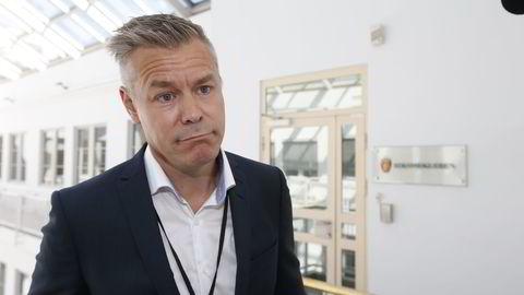 FRIST FREDAG. Forhandlingsleder Lars Petter Larsen, Parat, utenfor Riksmeklerens lokaler torsdag. Meklingen i vekteroverenskomsten mellom Parat og NHO Service har frist til midnatt natt til fredag. FOTO: Gorm Kallestad / NTB