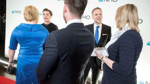 Finansminister Siv Jensen (til venstre) hilser på NHO-direktør Kristin Skogen Lund. NHO-president Tore Ulstein (nummer tre fra venstre) hilser på Innvandrings- og integreringsminister Sylvi Listhaug.