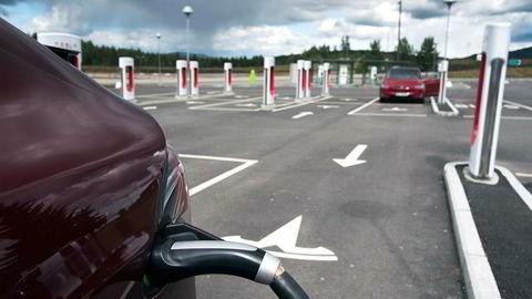 Det var plass til flere Tesla på ladestasjonen på Nebbenes, da DN var på besøk i sommer. Antall registreringer i september er ny rekord for merket.