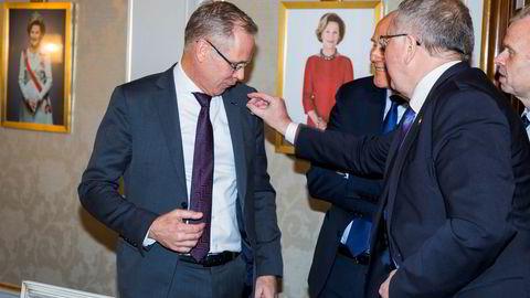 Under Nordisk råd rettet Equinor-sjef Eldar Sætre (foran) på en pin hos SAS-sjef Rickard Gustafson, og de to diskuterte et mulig samarbeid om å levere biodrivstoff til flyene. I bakgrunnen: Yara-sjef Svein Tore Holsether (til høyre) og Telenor-sjef Sigve Brekke.