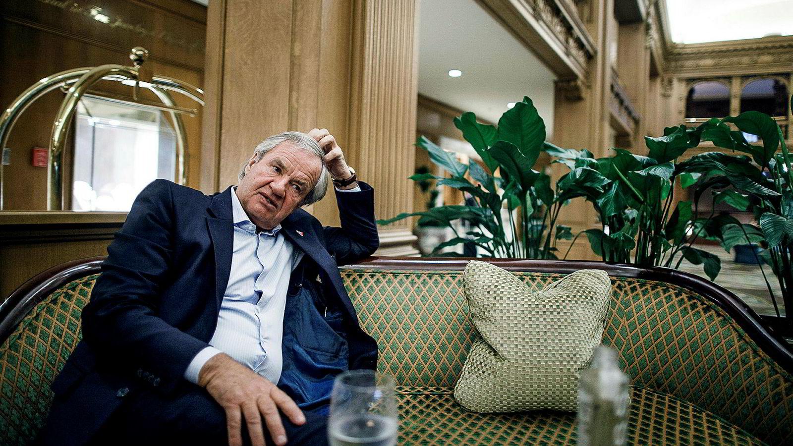 Bjørn Kjos i lobbyen på Fairmount Olympic Hotel i Seattle før han skal ta over Norwegians første leveranse av Boeing 737 Max-flyet.