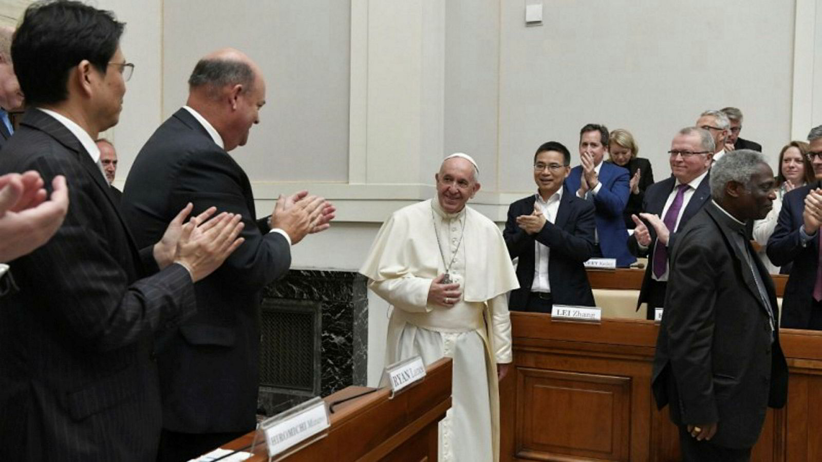 Klima. Equinor-sjef Eldar Sætre (til høyre) var fredag i klimadialog med Pave Frans i Vatikanet. Mannen til venstre for paven er toppsjef Ryan Lance i ConocoPhillips.