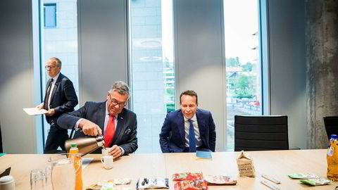 Jaan Ivar Semlitsch fikk prøvesmake på varene sammen med Orklas styreleder Stein Erik Hagen. Først på senhøsten kan han sette seg virkelig til rette i den nye sjefsstolen.