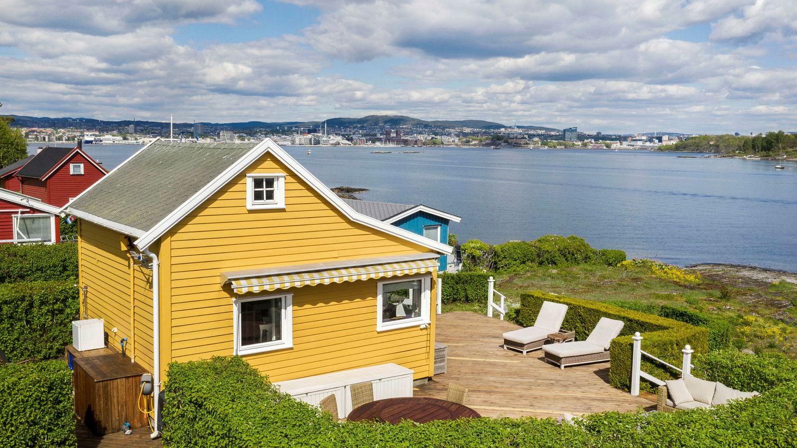 Nakkholmen-hytta med 26 kvadratmeter grunnflate ble solgt for 6,55 millioner kroner etter en heftig budrunde i slutten av mai. Det er ny rekord for småhytter på øyene rett utenfor Oslo sentrum.