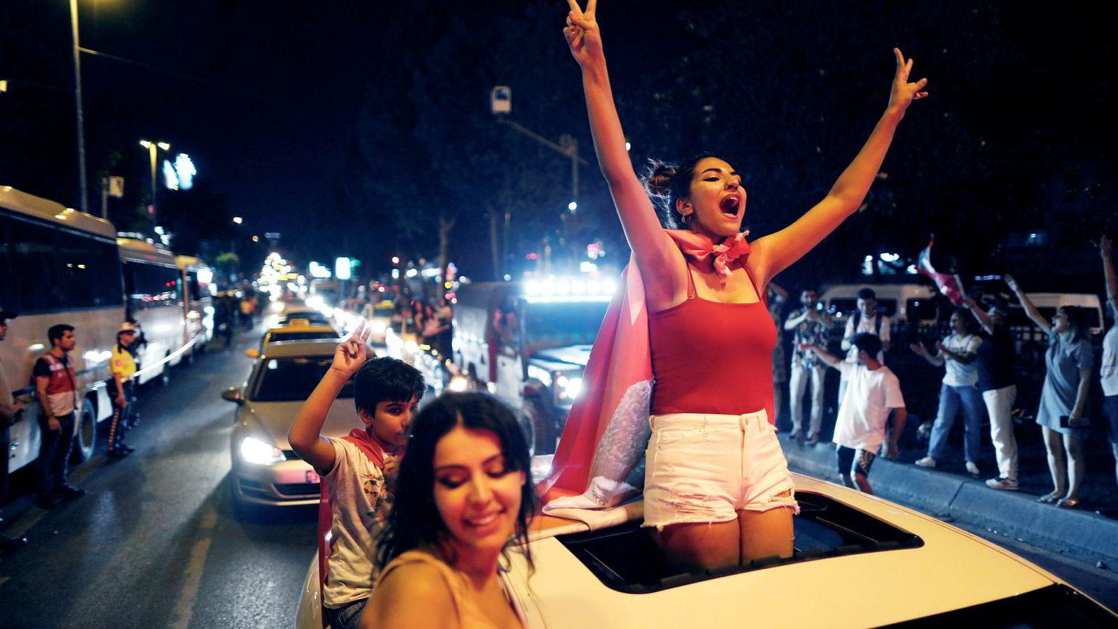 Tilhengere av Istanbuls nye borgermester Ekrem Imamoglu feirer etter valgseieren i helgen.