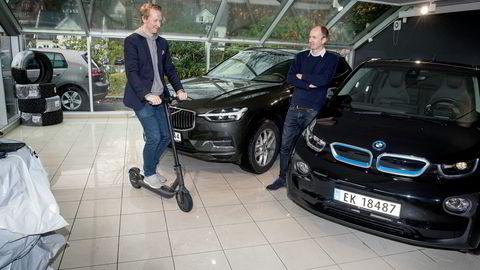 Hans Kristian Aas (på sparkesykkelen) og Gunnar Birkenfeldt håper med startupen Imove å lage en plattform for mobilitet. Først ut er leie av elbil med bytte til hyttebil i helgen.
