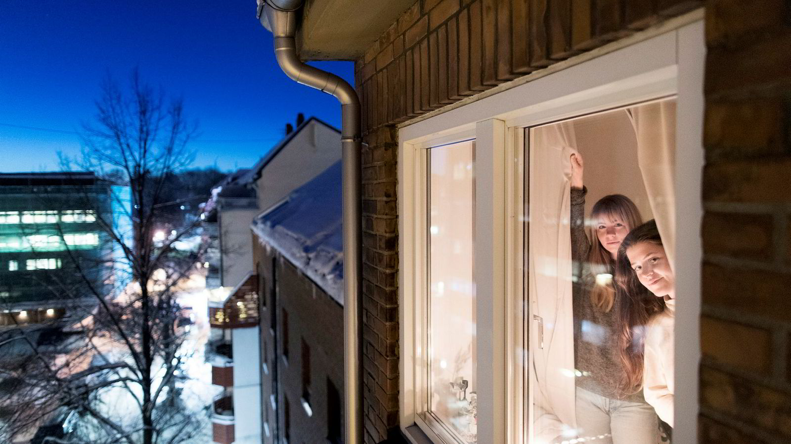 Pernilla Forsman (til venstre) og Anya Boyd Heen gjør sitt beste for å stenge Oslo-kulden ute.