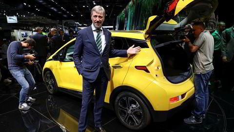 Bernt G. Jessen, administrerende direktør i Opel Norge viser frem Opel Ampera-E under bilmessen i Paris. Over 3700 nordmenn har bestilt bilen.