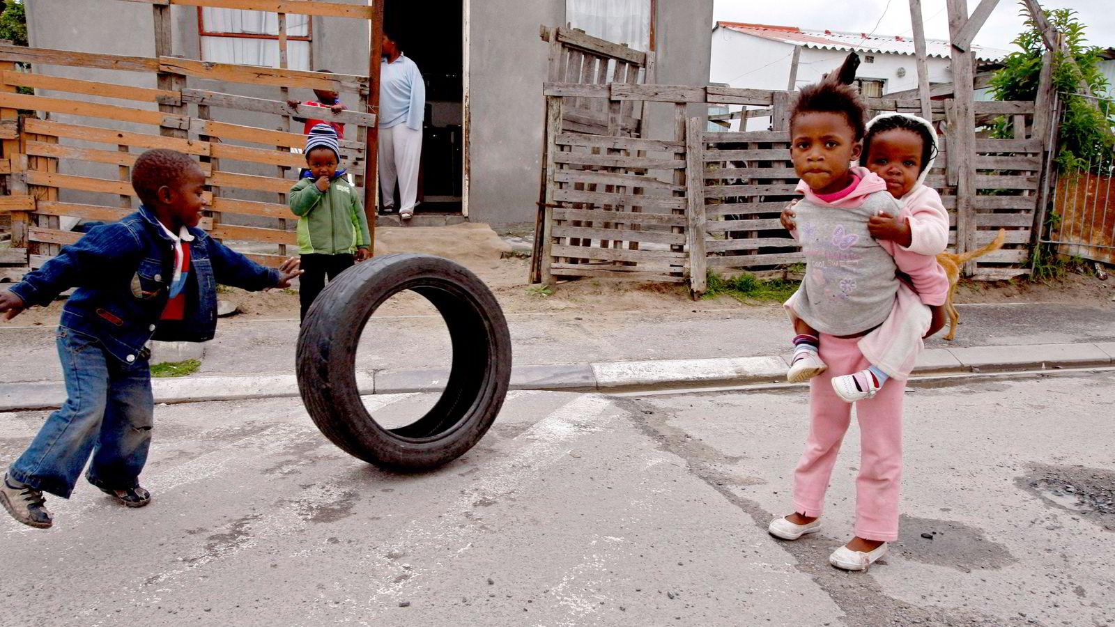 Sør-Afrika trenger omfordeling og kollektiv handling. Landet har urimelig høy fattigdom sett i forhold til inntekten per innbygger. Her fra et fattigstrøk i utkanten av Cape Town. Foto: Schalk van Zuydam/AP/NTB Scanpix