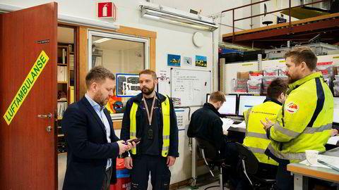 Administrerende direktør Frank Wilhelmsen (fra venstre) i Lufttransport skal til Oslo og delta i høring om ambulansefly neste torsdag. Her fra basen i Tromsø med flyteknikerne Vidar Hanøy, Robin Smørsgård, Marius Arntzen og Andreas Karlsen.