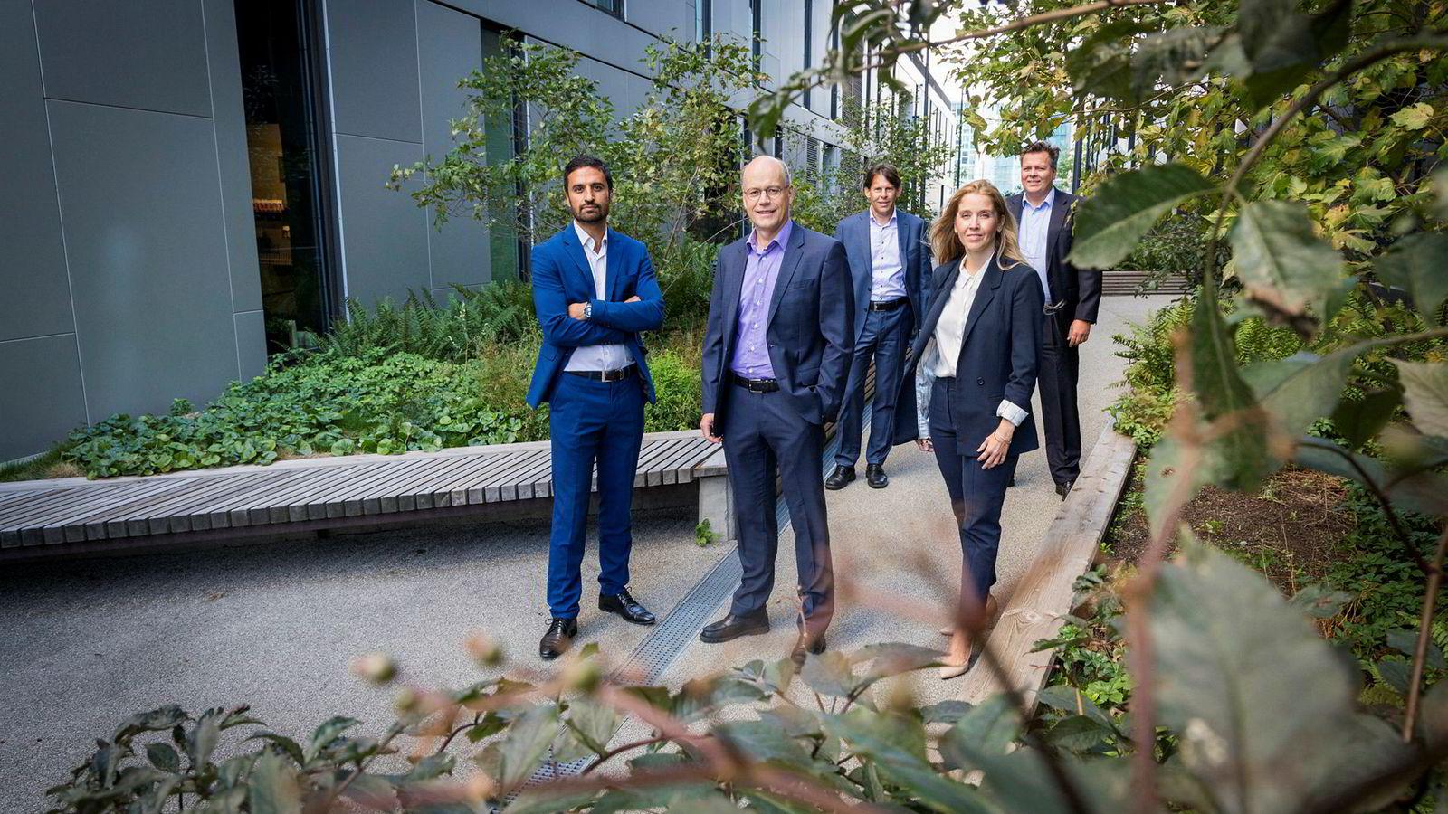 DNB-forvalter Kjartan Farestveit (midten), omgitt av kollegene Shakeb Syed (t.v.), Anette Hjertø, Kevin Dalby og Torje Gundersen i DNB Asset Management.