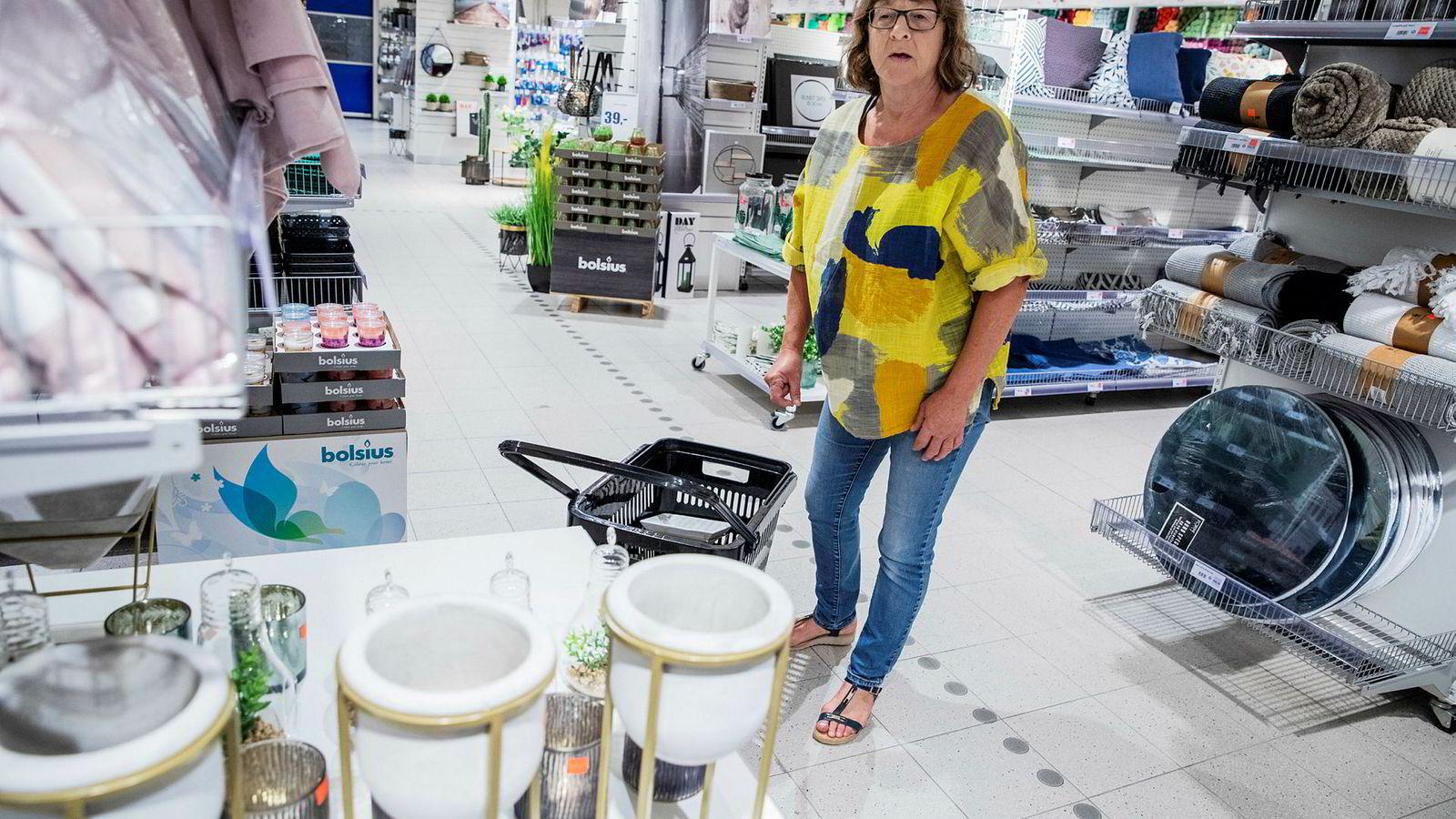 Tekstilkjeden Spar Kjøp taper penger for fjerde året på rad. Kjeden selger via netthandel og butikker, som her på Lørenskog utenfor Oslo. Gro Pettersen (60) er fast kunde og synes kvaliteten på tekstilene er bedre hos Spar Kjøp enn hos andre billigbutikker.