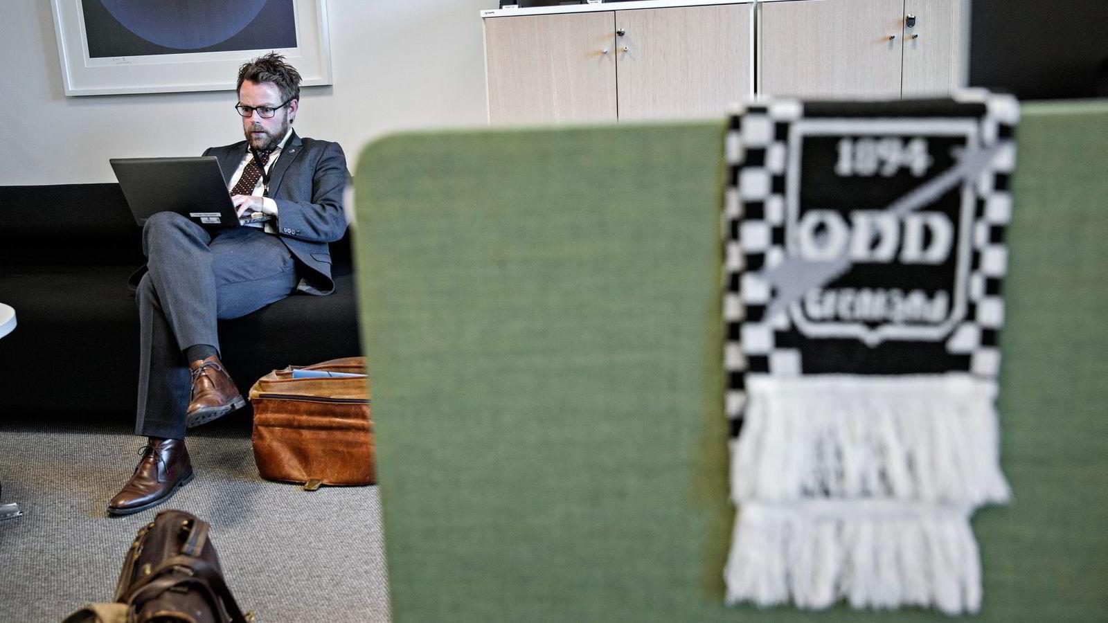 Leder i Høyres programkomité, Torbjørn Røe Isaksen, forteller at partiet spisser programmet på kommunereformen, og vil ha kommuner enn det som det ligger an til nå. Men begeistringen for fotballaget Odd er stabil. Foto: Aleksander Nordahl