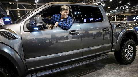 Det er store pickuper og suver som gjelder når texanere går på bilmesse. Norskættede Kerby Aslesen prøvesitter en Ford F-150 Raptor på bilmessen Houston Auto Show i Houston.