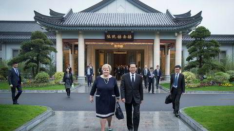 Statsminister Erna Solberg og guvernør Che Jun, nestleder i kommunistpartiets sentralkomité i Zhejiang-provinsen, møttes i Hangzhou april i år. Mandag kommer Che Jun og en rekke andre kinesiske aktører til Norge for å signere sjømatavtaler. Foto: Heiko Junge, NTB/Scanpix