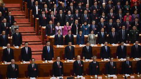 Alle kina-toppene er samlet på det årlige møtet i Folkets store hall i Beijing. Lederne i politbyrået står i andre rekke. Foto: Greg Baker/AFP Photo/NTB scanpix