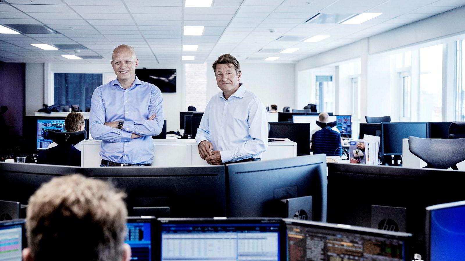 Analysesjef Fredrik Lunde (til venstre) ser at riggratene begynner å ta seg godt opp i Nordsjøen. Her med sjef i Carnegie, Christian Begby.