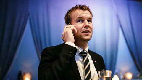 Kjell Ingolf Ropstad, her med det som ser ut til å være avgiftsfritt vann, eventuelt vann med smak og lavt sukkerinnhold, som KrF ønsker å senke avgiften for.
